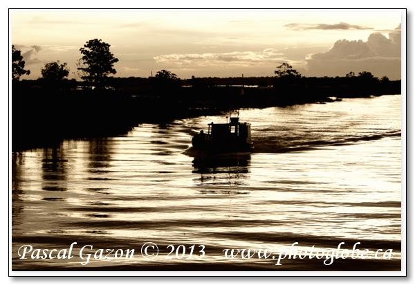 20130416_La jungle au Brésil__MG_2060+contre jour boat.jpg